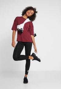 Puma - TEE  - T-shirts med print - cordovan - 1