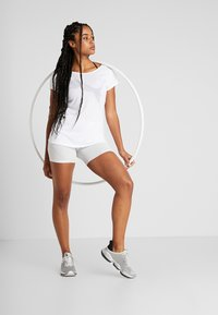 Puma - SOFT SPORTS TEE - T-shirt con stampa - white - 1