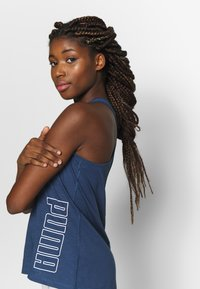 Puma - PUMA TWIST IT WOMEN'S TRAINING TANK TOP FRAUEN - Sports shirt - dark denim - 3