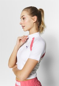 Puma - STUDIO CLASH ACTIVE CROPPED TEE - Print T-shirt - white - 3