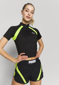 Puma - STUDIO CLASH ACTIVE CROPPED TEE - Print T-shirt - puma black - 0