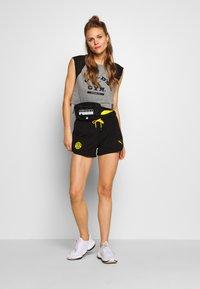 Puma - GOLDS GYM CROPPED TEE - Sports shirt - medium gray heather/puma black - 1