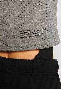 Puma - GOLDS GYM CROPPED TEE - Sports shirt - medium gray heather/puma black - 5