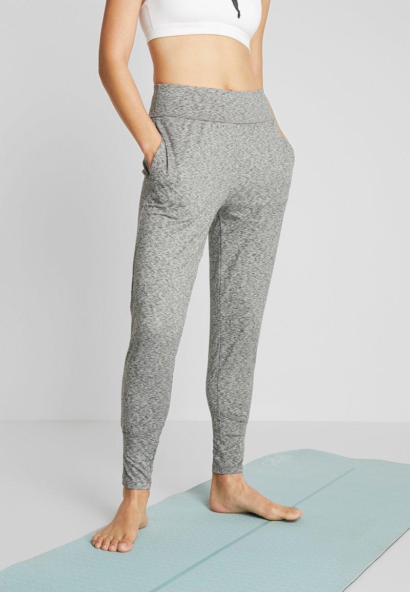 Puma - STUDIO TAPERED PANT - Pantalon de survêtement - medium gray heather