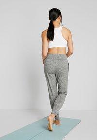 Puma - STUDIO TAPERED PANT - Pantalon de survêtement - medium gray heather - 2
