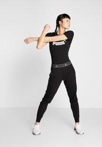 Puma - LOGO PANT - Teplákové kalhoty - black - 1