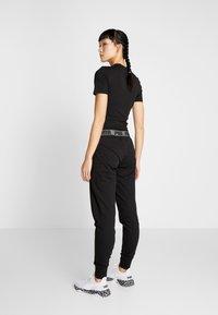 Puma - LOGO PANT - Teplákové kalhoty - black - 2