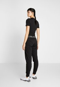 Puma - LOGO PANT - Pantalon de survêtement - black - 2