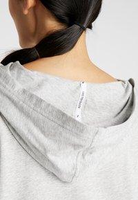 Puma - MODERN SPORTS COVER UP - T-shirt de sport - light gray heather - 4