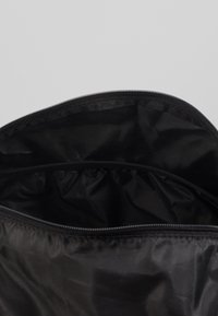 Puma - BARREL BAG - Sportovní taška - black/metallic gold - 5