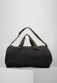 Puma - BARREL BAG - Sportovní taška - black/metallic gold - 3