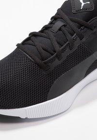 Puma - FLYER RUNNER - Obuwie do biegania treningowe - black/white - 5