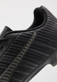 Puma - ONE 5.4 FG/AG - Voetbalschoenen met kunststof noppen - black/aged silver - 5