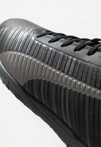 Puma - ONE 5.4 IT - Futsal-kengät - black/aged silver - 5