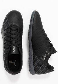 Puma - ONE 5.4 IT - Futsal-kengät - black/aged silver - 1