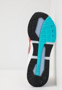Puma - LQDCELL OPTIC - Chaussures de running neutres - high rise/high risk red - 4