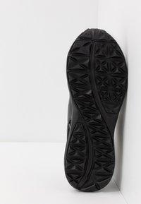 Puma - ESCALATE - Běžecké boty do terénu - black/white - 4