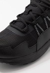 Puma - ESCALATE - Běžecké boty do terénu - black/white - 5