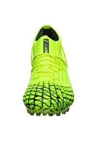 Puma - FUTURE 4.1 NETFIT  - Chaussures de foot à crampons - yellow alert/black - 5