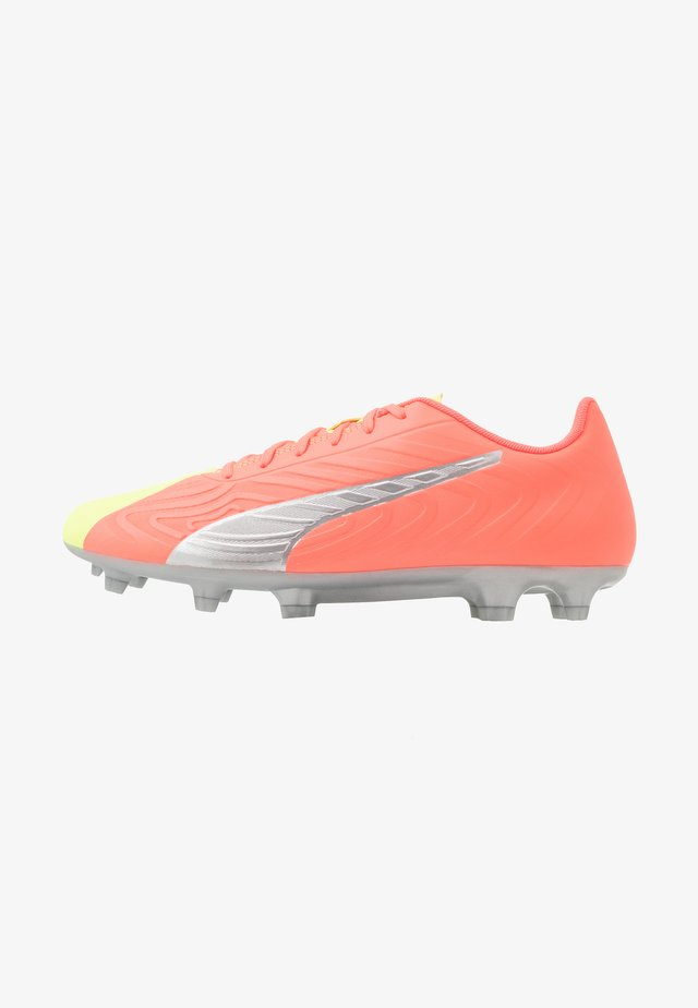 PUMA ONE 20.4 FG/AG - Voetbalschoenen met kunststof noppen - energy peach/fizzy yellow/aged silver