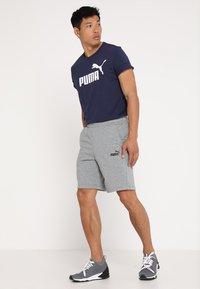 Puma - LOGO TEE - Camiseta estampada - peacoat - 1