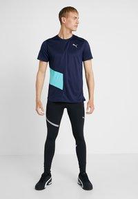 Puma - IGNITE TEE - Print T-shirt - peacoat blue/turquoise - 1