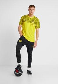 Puma - BVB BORUSSIA DORTMUND CASUALS TEE WITH EVONIK LOGO - Artykuły klubowe - cyber yellow/black - 1