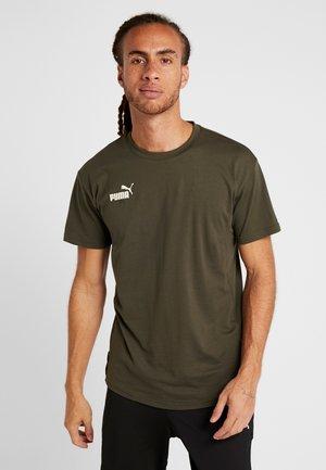 FTBLNXT CASUALS TEE - T-shirt print - forest night/puma black