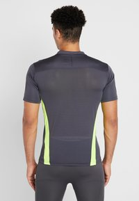Puma - Camiseta estampada - ebony/yellow alert - 2