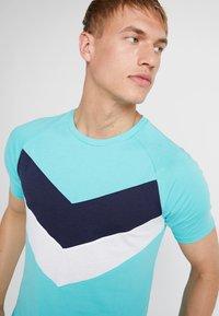 Puma - REACTIVE COLOR BLOCK TEE - Camiseta estampada - blue turquoise - 3
