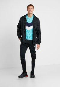 Puma - REACTIVE COLOR BLOCK TEE - Camiseta estampada - blue turquoise - 1