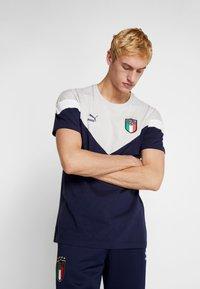 Puma - ITALIEN FIGC ICONIC MCS TEE - National team wear - peacoat/gray - 0