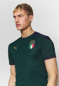 Puma - ITALIEN FIGC TRAINING SHIRT - Equipación de selecciones - ponderosa pine/peacoat - 4