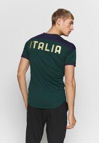 Puma - ITALIEN FIGC TRAINING SHIRT - Equipación de selecciones - ponderosa pine/peacoat - 2