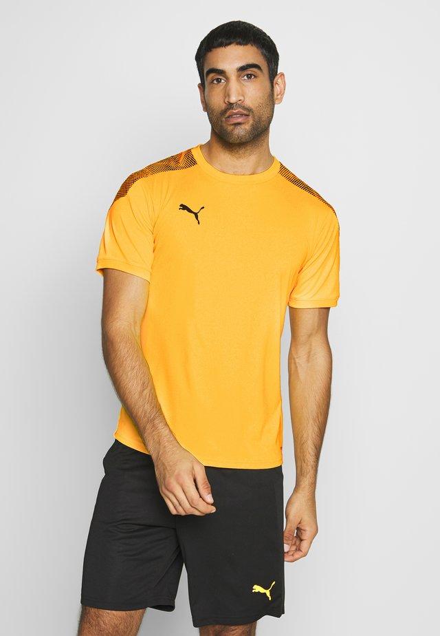 PRO TEE - T-shirts med print - ultra yellow/puma black