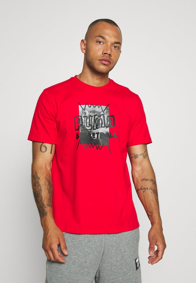 HOOPS STREET TEE - T-shirt z nadrukiem - high risk red