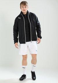 Puma - kurze Sporthose - white/electric blue - 1
