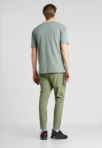 Puma - CASUAL PANTS - Träningsbyxor - olivine/charcoal gray - 2