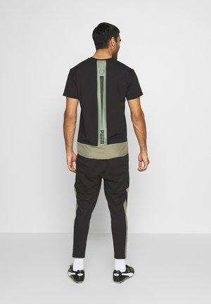 CASUAL PANT - Pantalones deportivos - black/deep lichen green