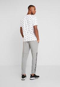 Puma - AMPLIFIED PANTS - Pantalon de survêtement - medium gray heather - 2