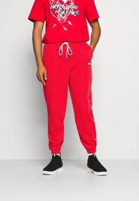 Puma - FRANCHISE - Pantalon de survêtement - high risk red - 0