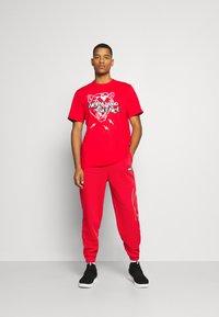 Puma - FRANCHISE - Pantalon de survêtement - high risk red - 1