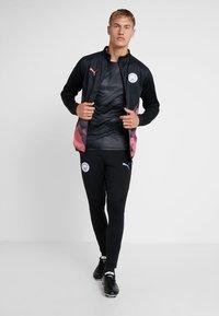 Puma - MANCHESTER CITY STADIUM JACKET - Klubové oblečení - black/georgia peach - 1