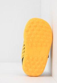 Puma - FUTURE 5.4 TT - Kopačky na umělý trávník - ultra yellow/black - 5