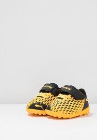 Puma - FUTURE 5.4 TT - Kopačky na umělý trávník - ultra yellow/black - 3
