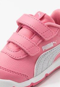 Puma - STEPFLEEX 2  - Zapatillas de entrenamiento - bubblegum/silver/white - 2
