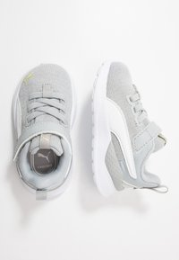 Puma - ANZARUN LITE IRIDESCENT - Chaussures de running neutres - high rise/white/sunny lime - 0