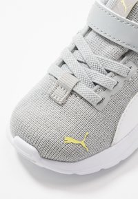 Puma - ANZARUN LITE IRIDESCENT - Chaussures de running neutres - high rise/white/sunny lime - 2