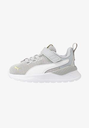 ANZARUN LITE IRIDESCENT - Neutrální běžecké boty - high rise/white/sunny lime