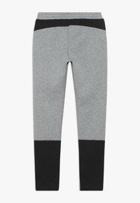 Puma - EVOSTRIPE PANTS - Pantalon de survêtement - medium gray heather - 1